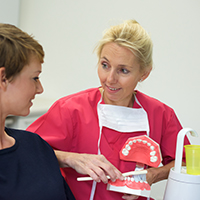 Zahnprophylaxegespräch beim Zahnarzt