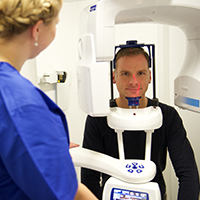 3D-Implantologie DVT/3D-Röntgen bei Patient