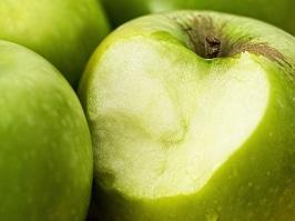 Mit Implantat sorgloss in einen Apfel beissen