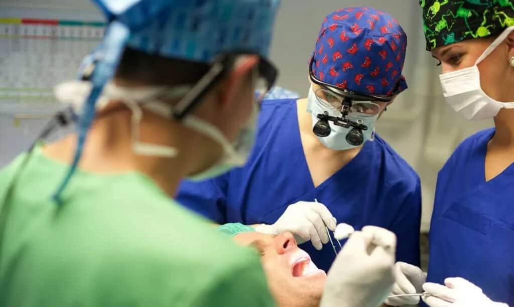 Oralchirurgie ohne Skalpell für Patienten aus Bochum - Technik auf Zahnklinik-Niveau