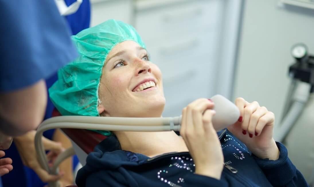Patientin aus Essen mit Zahnarztphobie - Behandlung unter Lachgas Sedierung