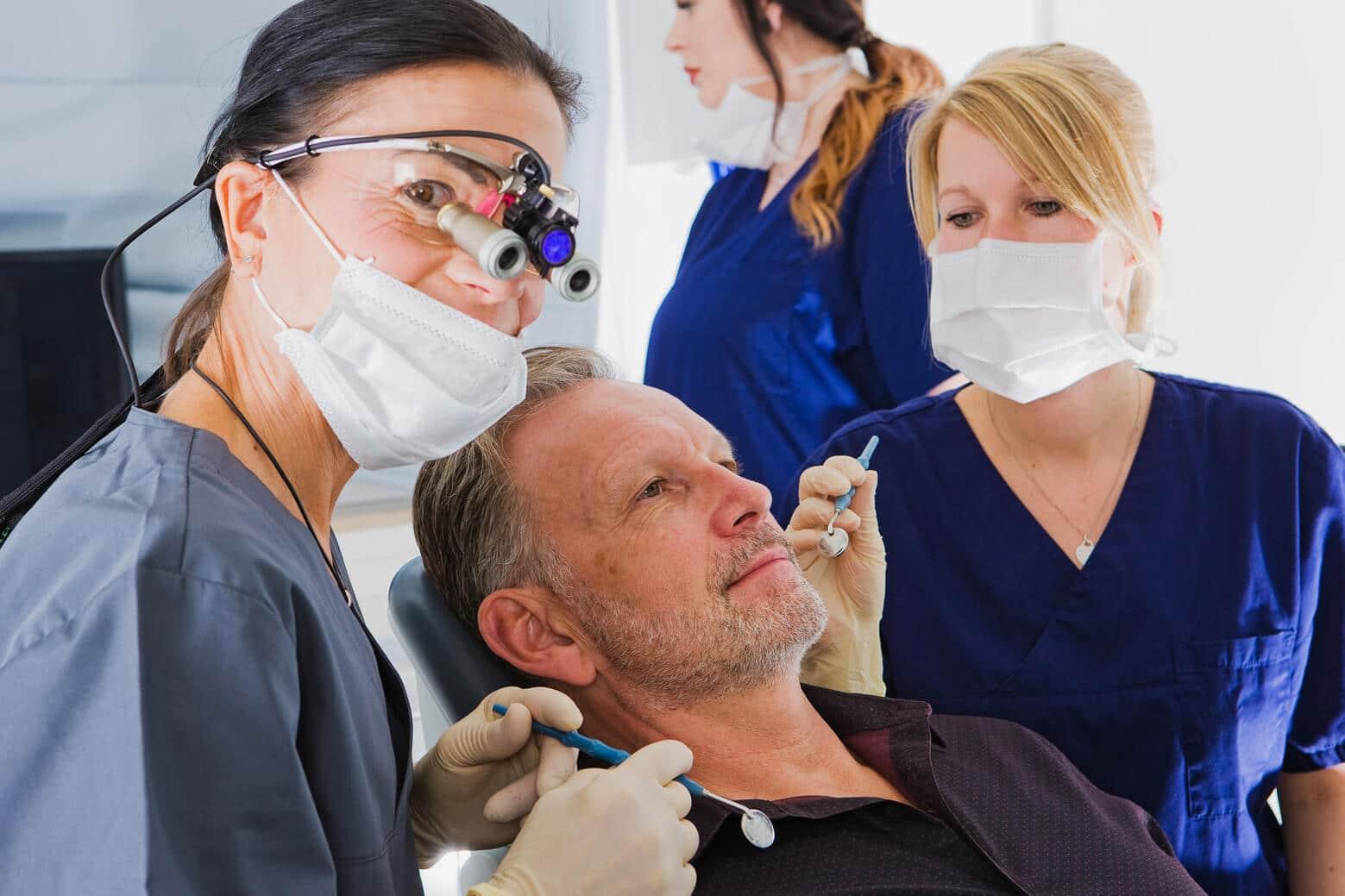 Zahnchirurgie & Implantologie Bochum - Zahn OP in der Zahnarztpraxis