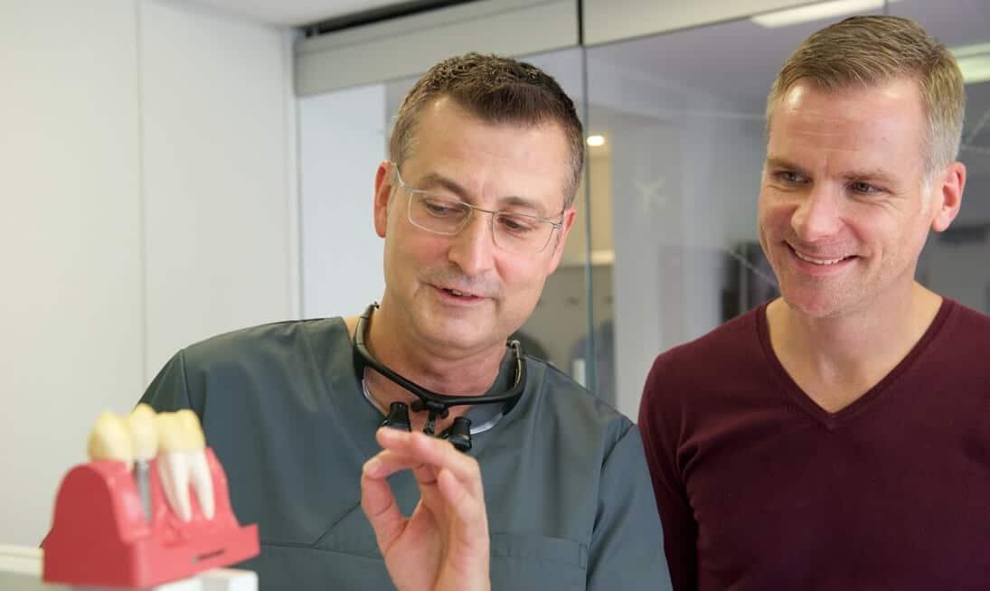 Kiefer- und Oralchirurg Mintert mit Patient